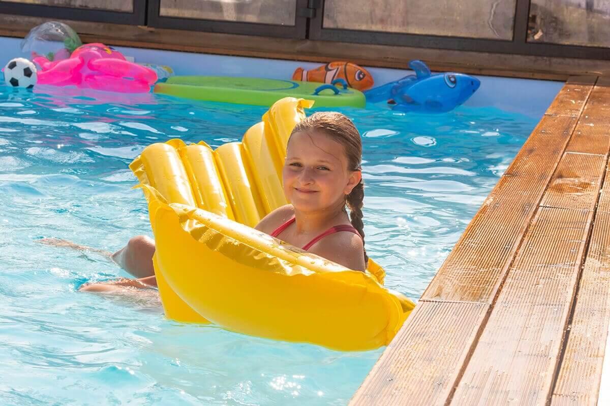 seit Jahren schwimmen im Wasser, verschieden Schwimmarten u.a beim Brustschwimmen, beim Rückschwimmen, beim Kraulschwimmen, Kopf, Arme, Beine, Rücken, Brust, Wirbelsäule Körper