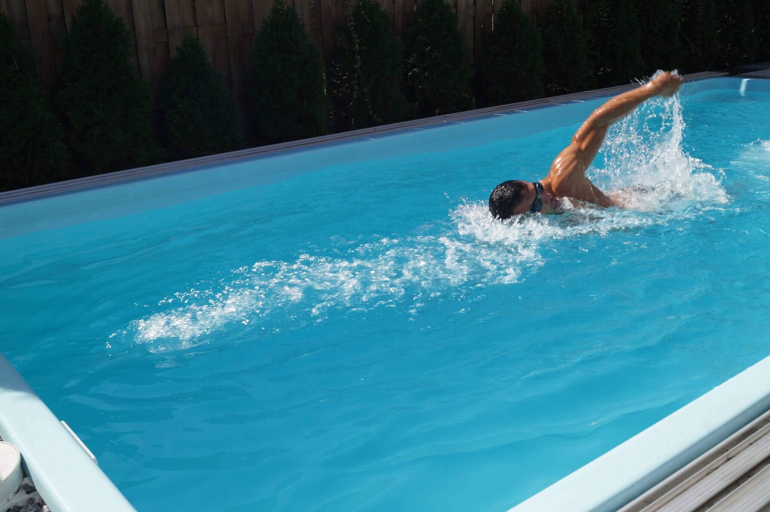 beim schwimmen im Wasser bewegt leicht kopf, arme und wirbelsäule - kraul, delfin, beine, brust beim Brustschwimmen, beim Kraulschwimmen, rücken beim Rückenschwimmens, körper ähnliche bewegung Schwimmtechnik